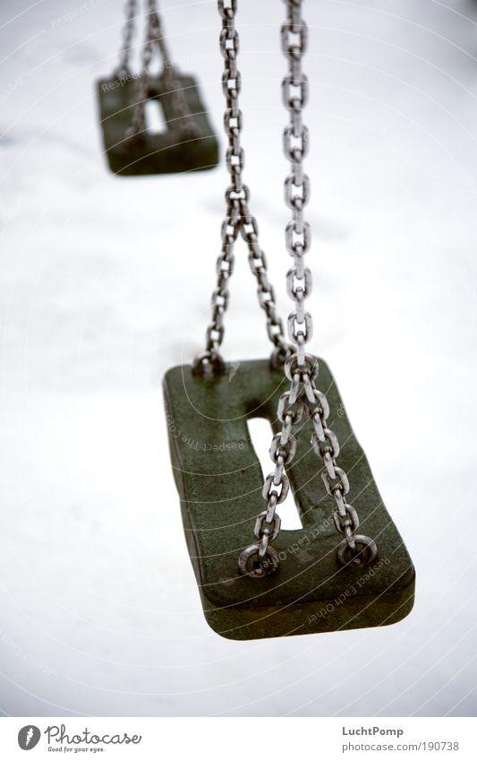 Winterpause. Kindheitserinnerung Hintergrund neutral Spielen Spielplatz Schaukel schaukeln Einsamkeit Kette Gummi kalt ungemütlich Traurigkeit Trauer gruselig