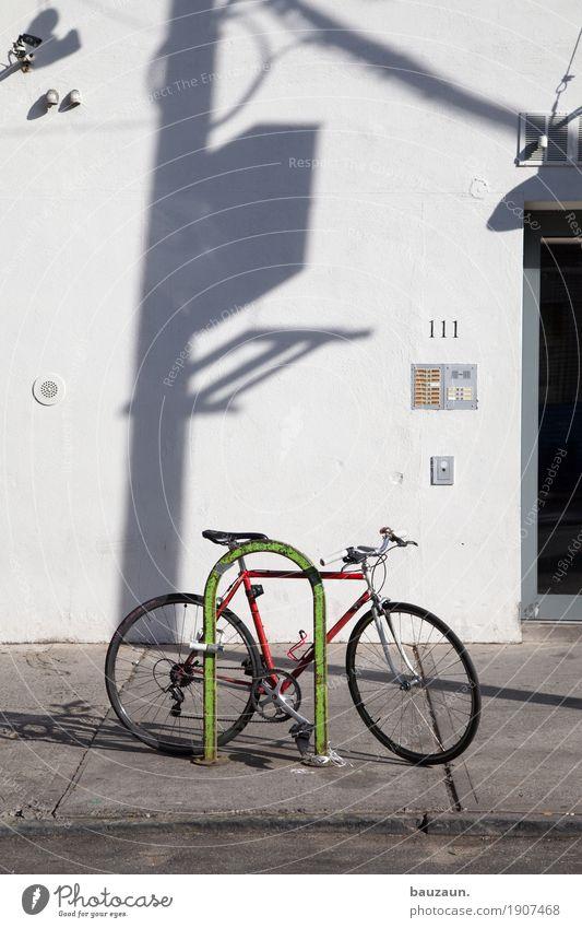 last bike standing. Ferien & Urlaub & Reisen Stadt Sonne Haus Wege & Pfade Sport Fassade Wohnung Häusliches Leben Freizeit & Hobby Wetter Ausflug Fahrrad