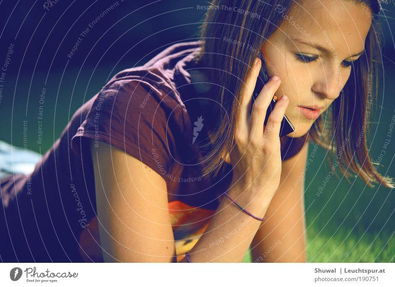 Hey how ya doin' Jugendliche schön feminin Frau Mund Mensch Nase Telefon Lifestyle Porträt Zukunft Kommunizieren sprechen Telekommunikation violett