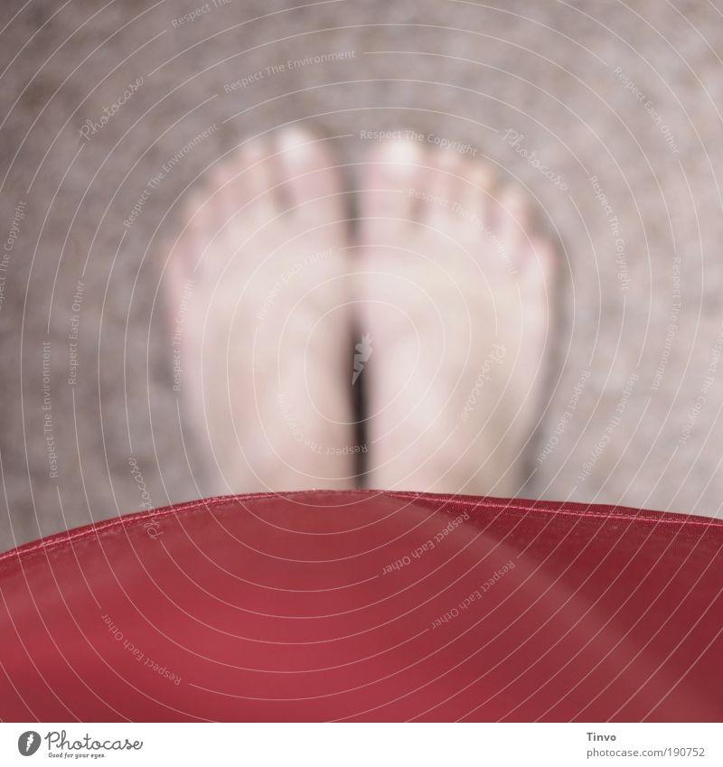 Barfuss rot ruhig Fuß Zufriedenheit warten Armut stehen Perspektive Bodenbelag Bekleidung Stoff einzigartig Kleid Ziel geheimnisvoll Barfuß