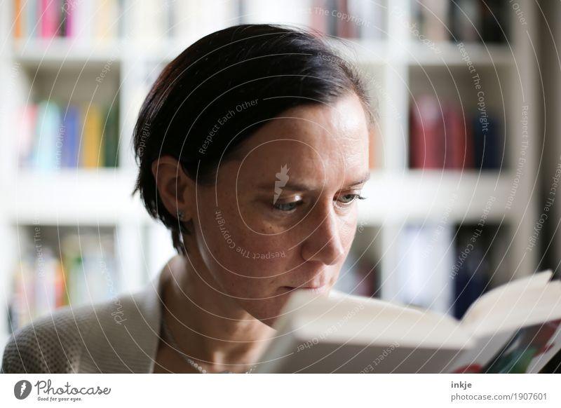 Genießen | Zeit Lifestyle Freizeit & Hobby lesen Bücherregal Frau Erwachsene Leben Gesicht 1 Mensch Kultur Medien Buch lernen Interesse Farbfoto Innenaufnahme