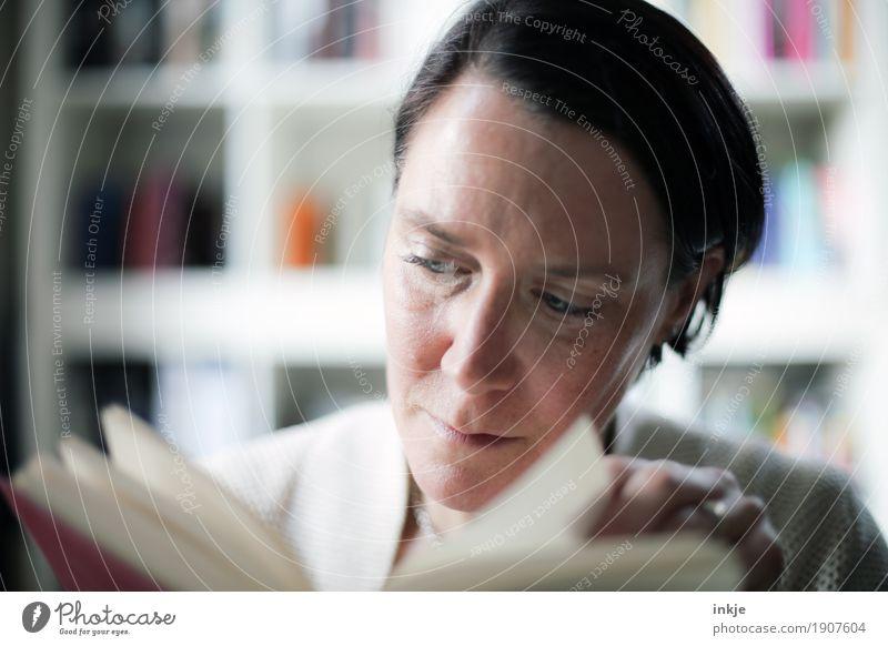 Lesende Frau Lifestyle Freizeit & Hobby lesen Bücherregal Bildung Erwachsenenbildung lernen Leben Gesicht 1 Mensch 30-45 Jahre 45-60 Jahre Buch gewissenhaft