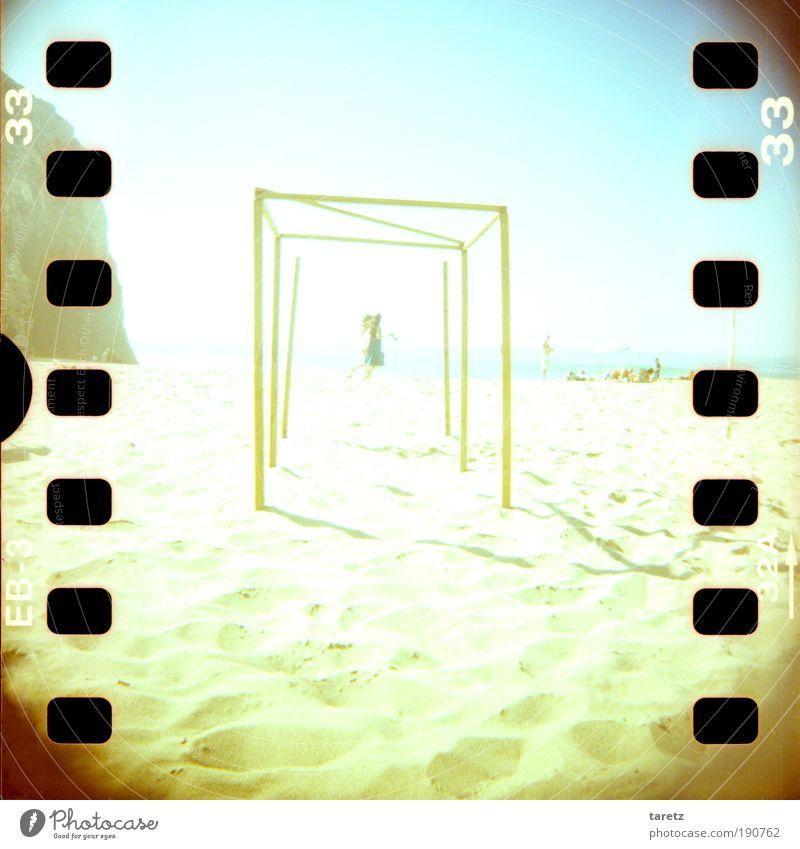 Leichtfüßig Mensch blau Meer Strand Erholung Ferne Wärme Spielen Freiheit Glück Sand springen hell Felsen laufen Schönes Wetter
