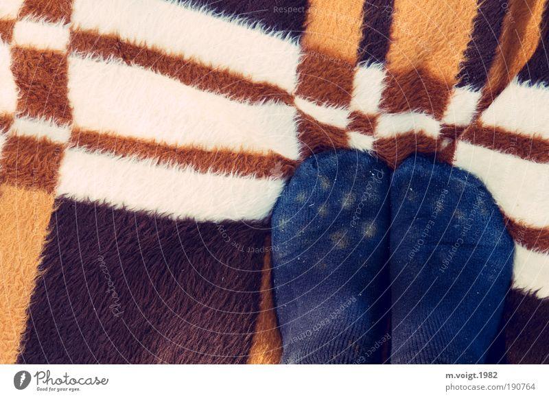 DDR-Streifendecke mit gepunkteten Füßen Mensch blau Ferien & Urlaub & Reisen Sommer Freude Fuß Zufriedenheit Freizeit & Hobby Ausflug Fröhlichkeit stehen Streifen retro Spaziergang Kitsch Strümpfe