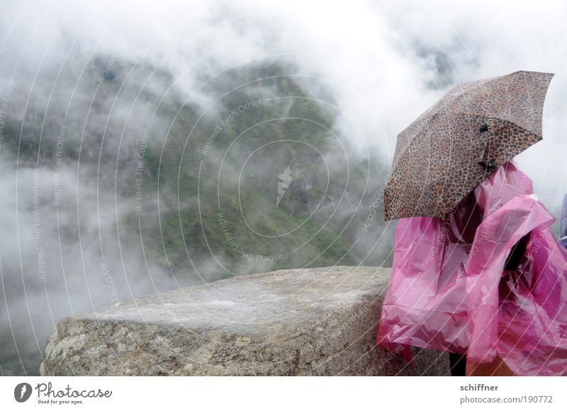 Regen am Machu Picchu 1 Mensch Landschaft Wolken Wetter schlechtes Wetter Nebel Urwald Regenschirm Blick warten Regenumhang Schutz Wetterschutz Mauer Stein