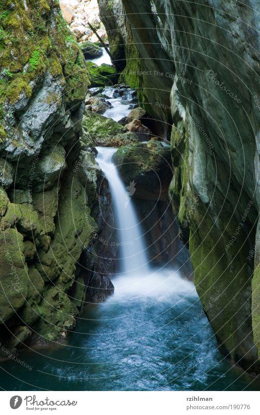 Wasserfall Natur blau Wasser Umwelt Landschaft Glück Stimmung Felsen Kraft Urelemente Romantik Fluss Schweiz Berge u. Gebirge eng Schlucht