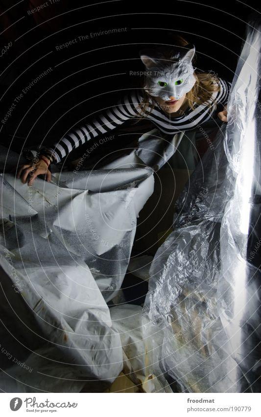 Plastikwelt Mensch feminin kalt dreckig elegant außergewöhnlich Papier bedrohlich einzigartig Sauberkeit Neugier Maske gruselig verstecken trashig Interesse
