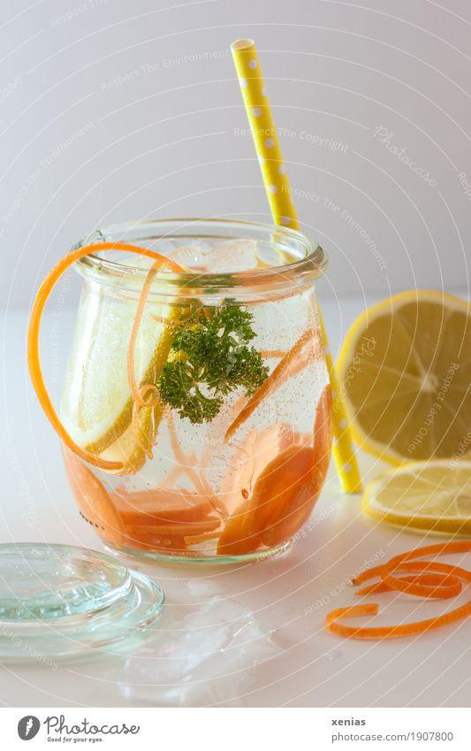 Leckeres Erfrischungsgetränk mit Möhre, Zitrone und Petersilie auf weißem Tisch Gemüse Frucht Bioprodukte Getränk trinken Trinkwasser Eiswürfel Glas Trinkhalm