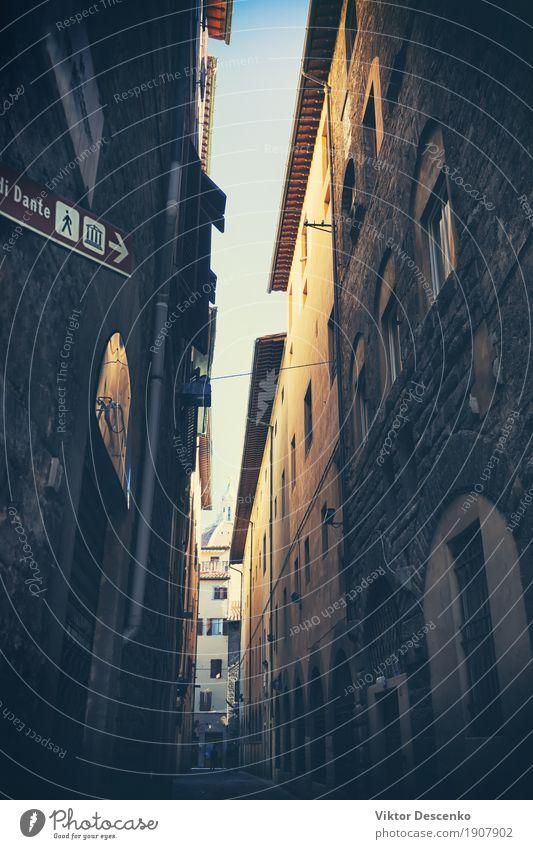 Die engen Gassen mit hohen Gebäuden Ferien & Urlaub & Reisen alt Stadt Haus dunkel Straße Architektur Stein Tourismus Fassade Kirche Europa Kultur Italien