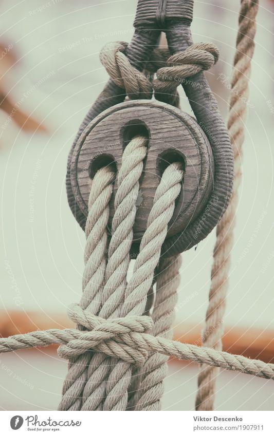 Seile in Knoten gebunden Ferien & Urlaub & Reisen Meer Werkzeug Verkehr Jacht Segelboot Wasserfahrzeug Holz Linie alt natürlich retro braun weiß Tradition Klotz