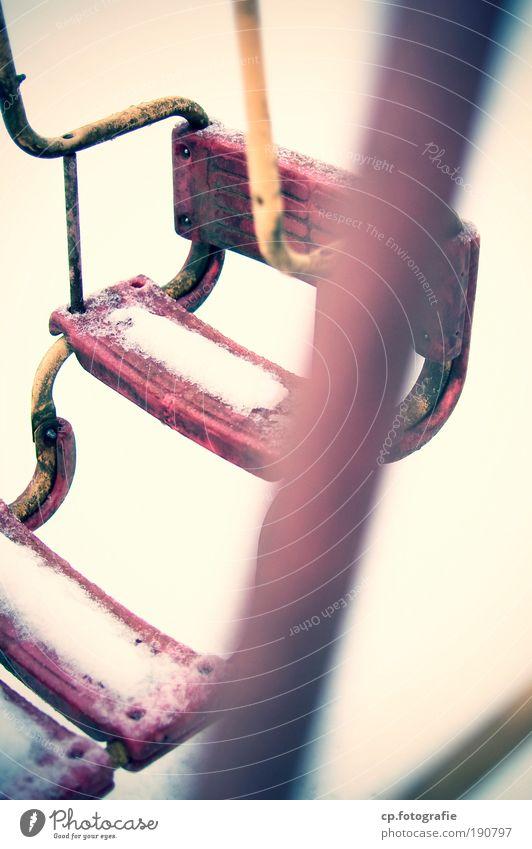 der Spaß ist weg Winter Einsamkeit Schnee Spielen Garten dreckig trist Schaukel schaukeln