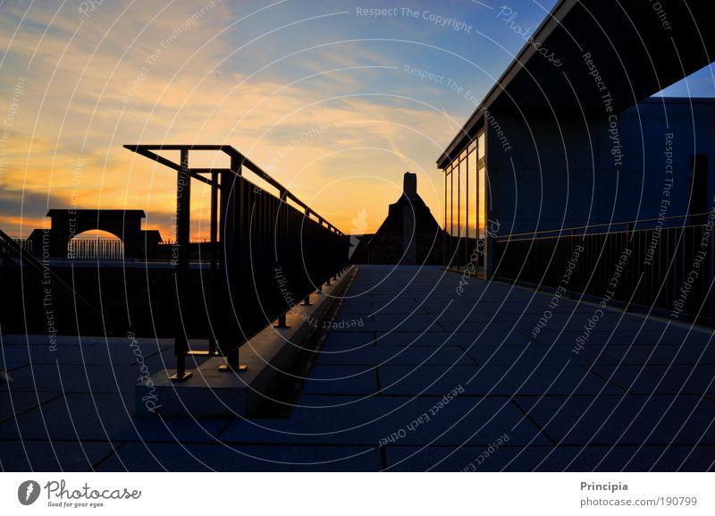 es wird Nacht und die Moderne trifft auf Historie Gebäude Zufriedenheit Erfolg Industrie Sonnenuntergang Gefühle