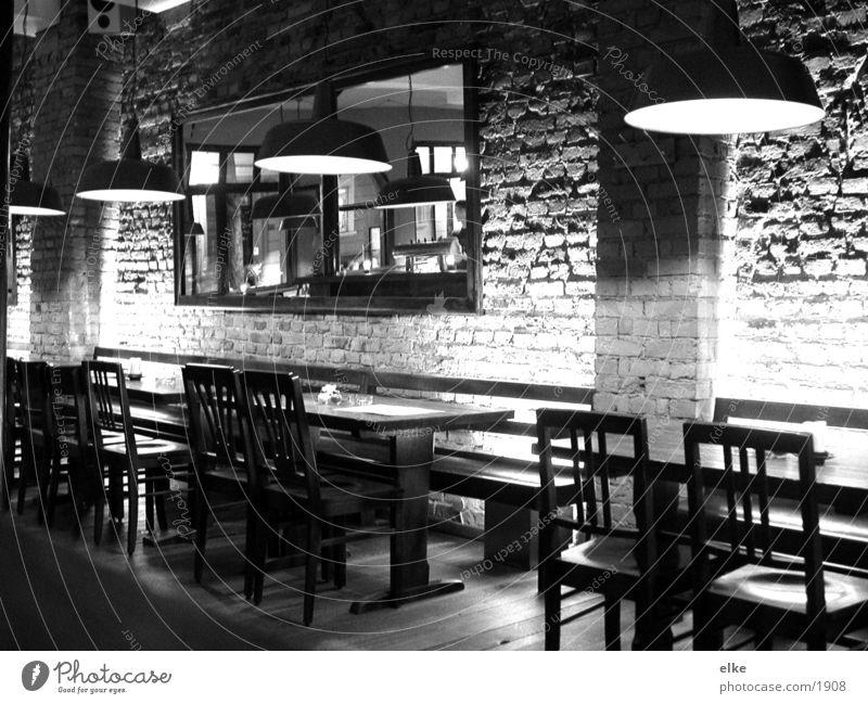 sind alle draußen Lampe Wand Tisch Stuhl Spiegel Café Dienstleistungsgewerbe Schwarzweißfoto
