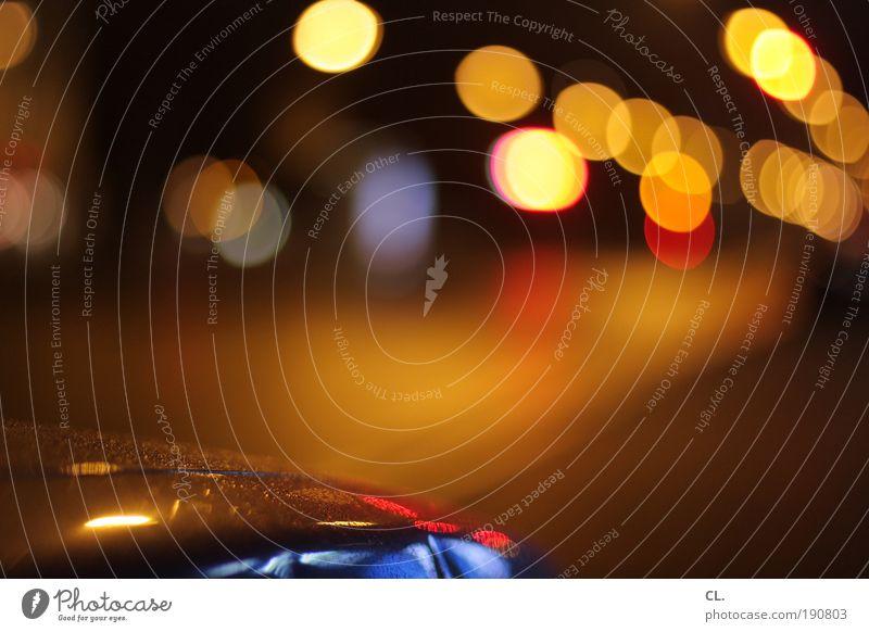 nachtfahrt Lifestyle Nachtleben ausgehen Verkehr Straßenverkehr Autofahren Wege & Pfade Ampel Verkehrszeichen Verkehrsschild Fahrzeug PKW leuchten ästhetisch