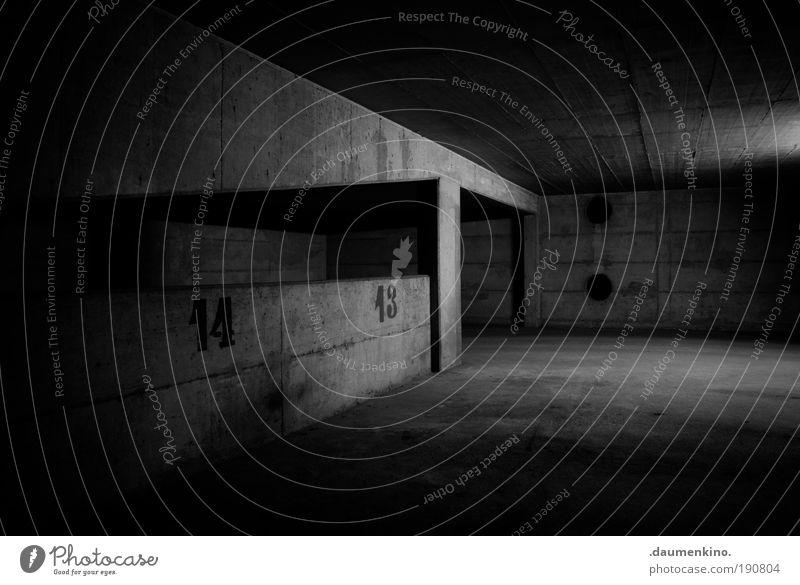 dunkel wie die nacht Straße Lampe dunkel Straßenverkehr Beton Boden Ziffern & Zahlen parken erleuchten mystisch Garage Oberfläche Strebe Träger eingeengt Zufahrtsstraße