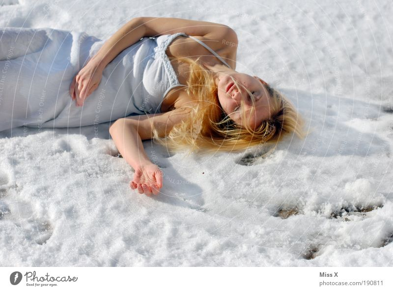 kalt??? Mensch Jugendliche schön Winter Erwachsene Frau Tod kalt Schnee Traurigkeit Eis Arme Haut verrückt Frost Trauer