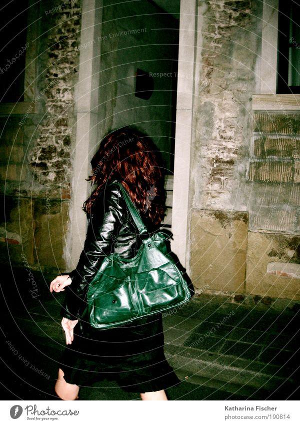 When night is falling ... Frau Mensch Jugendliche grün rot Haus schwarz Straße feminin Wand Haare & Frisuren Stein Mauer braun Erwachsene gehen