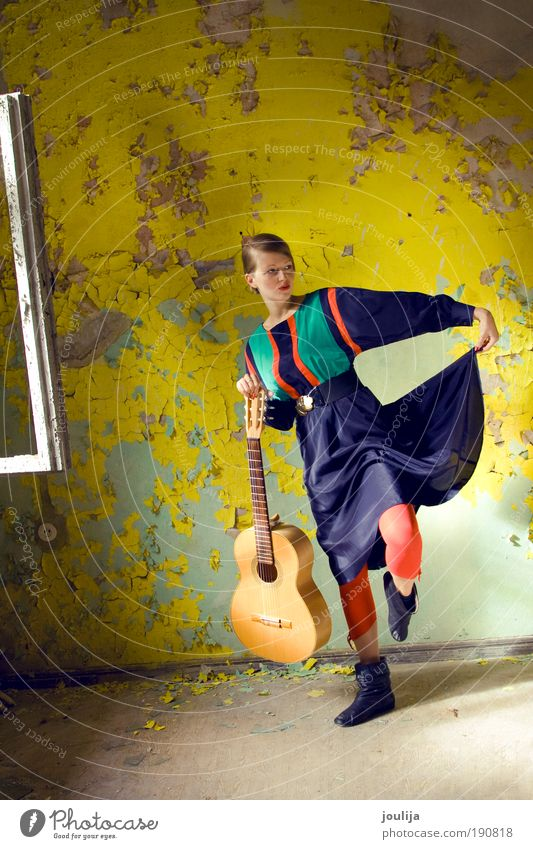 Mensch Jugendliche blau schön Erwachsene gelb feminin Stil Mode Musik Tanzen mehrfarbig Kultur niedlich Kleid 18-30 Jahre