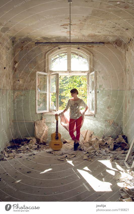 Mädchen mit Gitarre feminin Junge Frau Jugendliche 18-30 Jahre Erwachsene Musik Sänger Musiker Schönes Wetter Haus Ruine Gebäude Fenster alt ästhetisch trendy