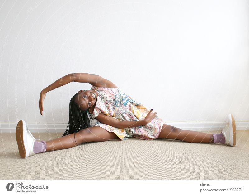 . Mensch Frau schön Erwachsene Leben Sport feminin lachen sitzen Lächeln Kleid langhaarig schwarzhaarig Turnschuh Rastalocken Afro-Look