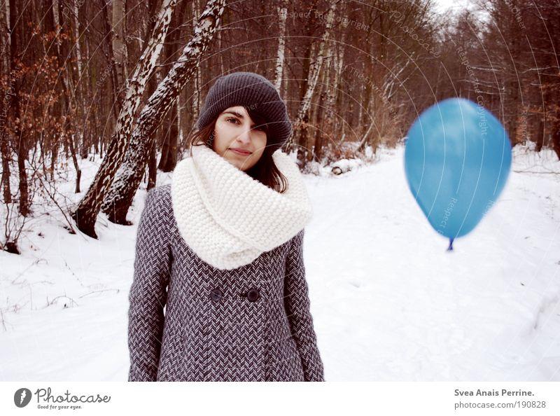 luft. Stil feminin Junge Frau Jugendliche 1 Mensch 18-30 Jahre Erwachsene Natur Winter Baum Wald Mantel Schal Mütze brünett fallen fliegen stehen