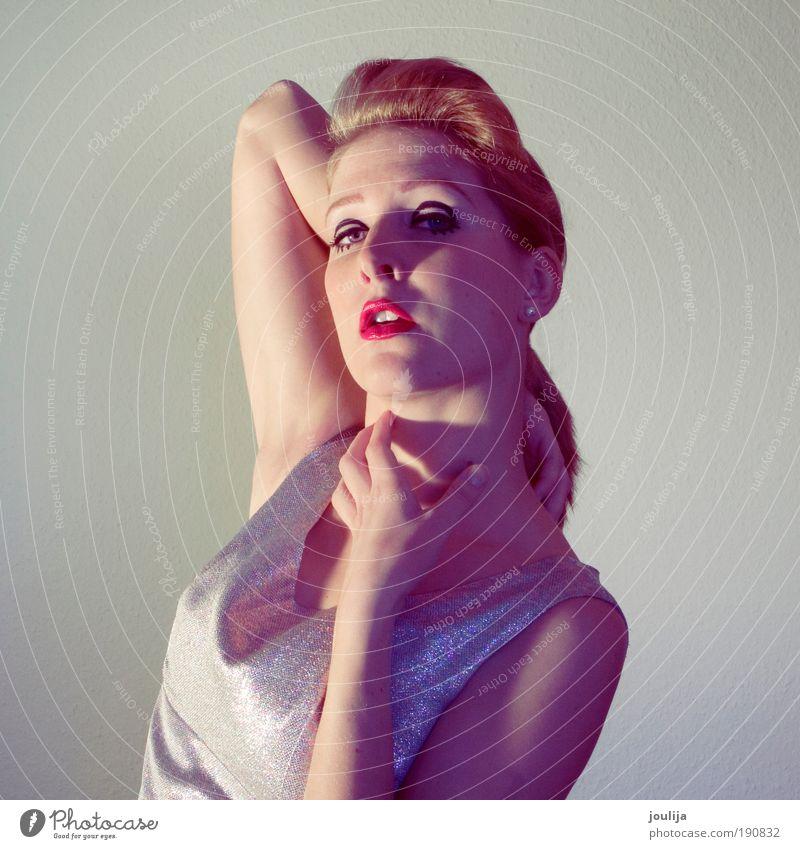 pin up doll Lifestyle Reichtum elegant Stil schön Schminke feminin Junge Frau Jugendliche Erwachsene Auge Mund Lippen 18-30 Jahre Mode Bekleidung Kleid blond