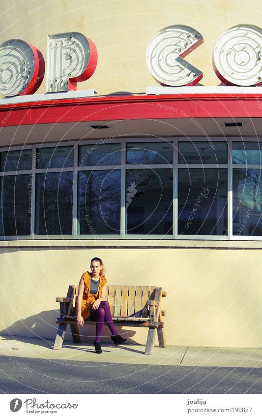 wait, while I get you some popcorn Frau Jugendliche Stadt schön rot Haus Erwachsene feminin Fenster Architektur Stil Fassade elegant Design modern Lifestyle