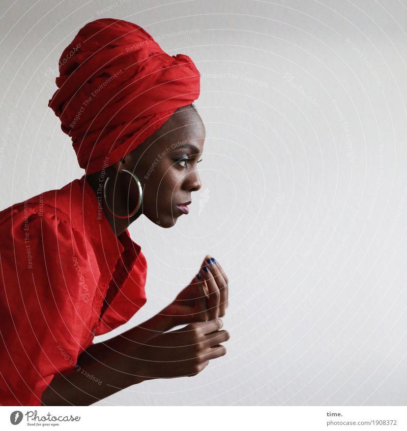 Tash feminin Frau Erwachsene 1 Mensch Kleid Schmuck Ohrringe Kopftuch beobachten Blick ästhetisch schön selbstbewußt Leidenschaft Wachsamkeit Leben Glaube