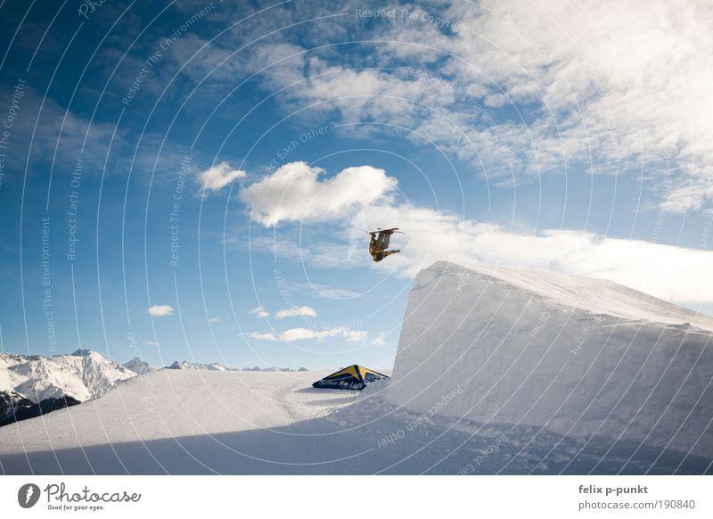 hauptsache kopfüber Mensch Winter Berge u. Gebirge Stil Sport Lifestyle springen maskulin Freizeit & Hobby Erfolg Fitness Skifahren Skier Sport-Training drehen Wolken