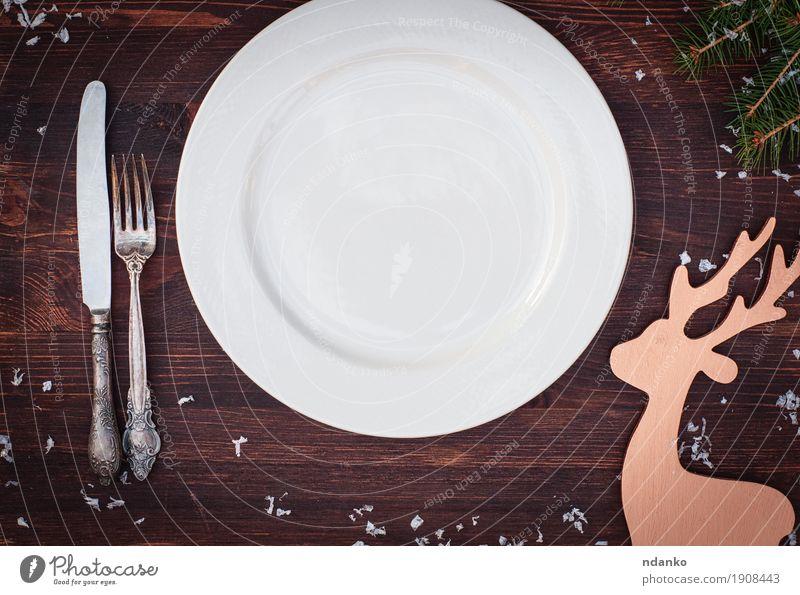 Weiße Platte mit Gabel und Messer auf dem Holztisch Weihnachten & Advent weiß Speise Essen Feste & Feiern braun oben retro Aussicht Tisch Platz Sauberkeit Küche
