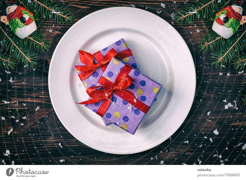 Geschenk zwei eingewickelt im Papier mit einem roten Band auf einer weißen Platte alt Weihnachten & Advent Winter Speise Schnee Holz Feste & Feiern braun oben