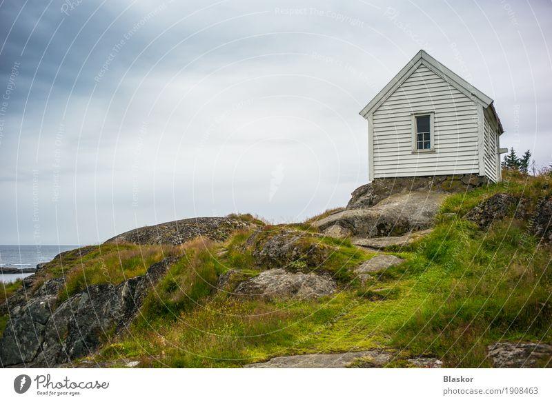 Romantisches Haus auf den Felsen in Norwegen Himmel Natur Sommer Wasser Meer Landschaft Fenster Umwelt Küste Freiheit Luft Wind Insel Abenteuer