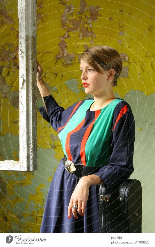 vermeer's girl Frau Mensch alt Jugendliche blau grün schön Erwachsene Einsamkeit Haus gelb feminin Fenster Stil Mode Zufriedenheit