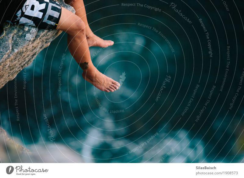 Am Rand einer Klippe Ferien & Urlaub & Reisen Abenteuer Ferne Freiheit wandern Junger Mann Jugendliche Beine Fuß Natur Schönes Wetter Wellen Küste Leben Angst