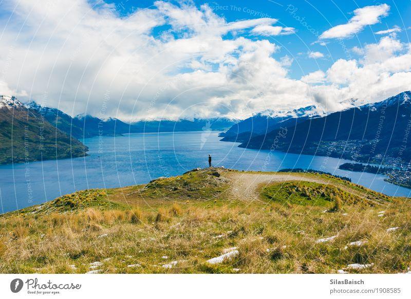 Natur Ferien & Urlaub & Reisen Jugendliche Junger Mann Landschaft Einsamkeit Freude Ferne Berge u. Gebirge Umwelt Leben Freiheit See Felsen Zufriedenheit