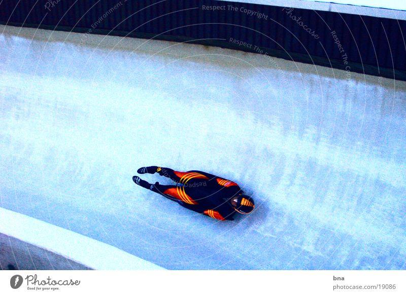 Eiskalt - Blitzschnell Geschwindigkeit Körperhaltung eng abwärts Sportveranstaltung Wintersport professionell Extremsport Rodeln Aerodynamik Bobbahn Rodelbahn