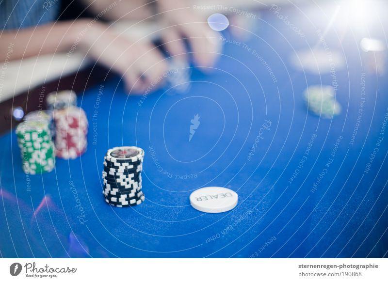 Poker Spielkarte Spielen Gesellschaft (Soziologie) blau Chips Jeton Wette Geld Licht Gegenlicht Textfreiraum Unschärfe Hand Finger Stakes Flush High roller