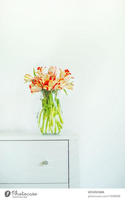 Vase mit Tulpen auf weißem Tisch Lifestyle Stil Design Häusliches Leben Wohnung Innenarchitektur Dekoration & Verzierung Wohnzimmer Valentinstag Muttertag