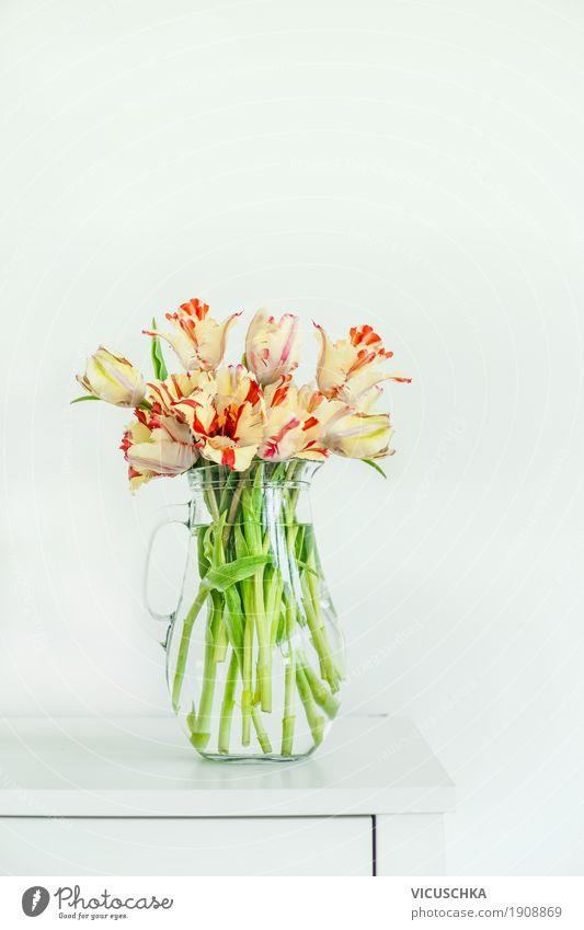 Schöne Tulpen in Glasvase auf weißem Tisch Stil Design Häusliches Leben Wohnung Innenarchitektur Dekoration & Verzierung Natur Frühling Blume Mauer Wand