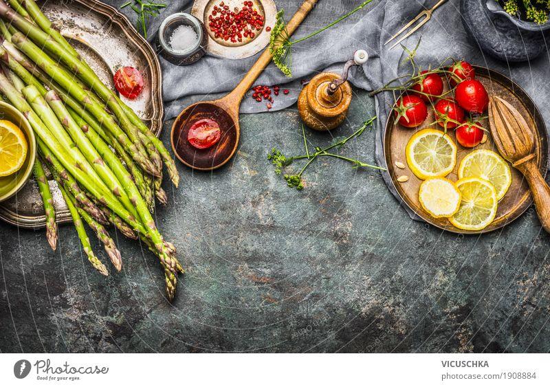 Geschmackvolle Spargel auf altem Küchentisch Lebensmittel Gemüse Salat Salatbeilage Kräuter & Gewürze Öl Ernährung Bioprodukte Vegetarische Ernährung Diät