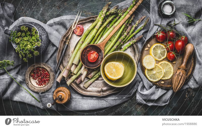 Spargel und Zutaten auf rustikalem Küchentisch Lebensmittel Gemüse Kräuter & Gewürze Öl Ernährung Mittagessen Abendessen Festessen Bioprodukte