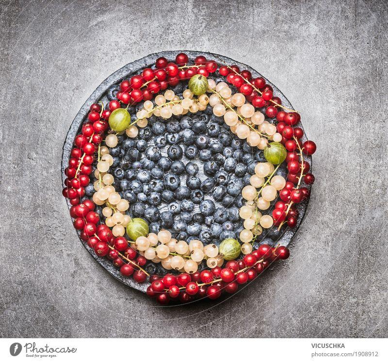 Teller mit verschiedenen Beeren Lebensmittel Frucht Bioprodukte Diät Stil Design Gesundheit Gesunde Ernährung Tisch Auswahl Obstplatte Vitamin Foodfotografie
