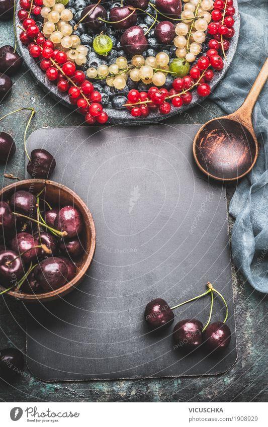 Hintergrund für Rezepte mit verschiedenen Beeren un Kochlöffel Lebensmittel Frucht Dessert Ernährung Bioprodukte Vegetarische Ernährung Diät Saft Geschirr