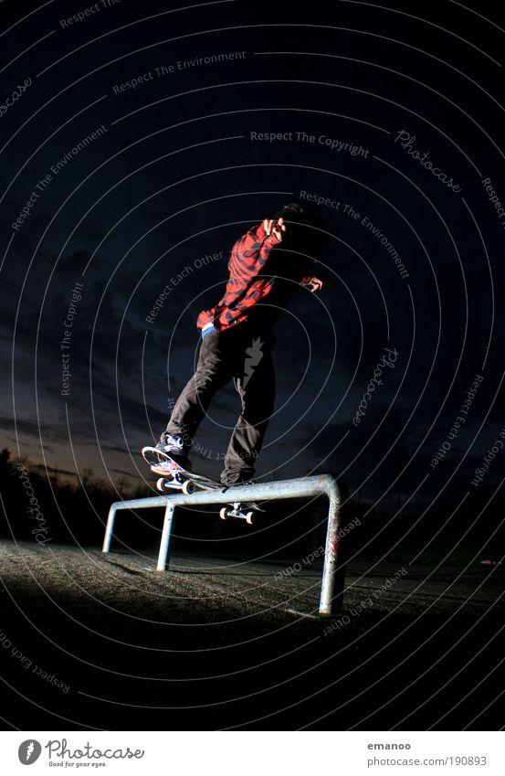 boardslide Mensch Jugendliche Freude Sport springen Park Freizeit & Hobby Beton Platz frei Lifestyle Coolness fahren Asphalt Aktion Geländer