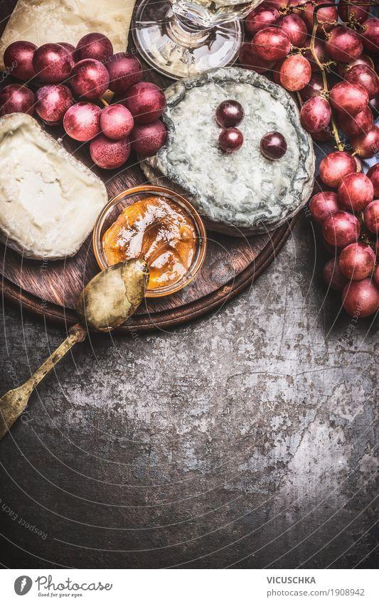Feine Käsesorten mit Wein, Trauben und Honigsauce Lebensmittel Frucht Dessert Ernährung Frühstück Festessen Bioprodukte Geschirr Stil Design Tisch gelb