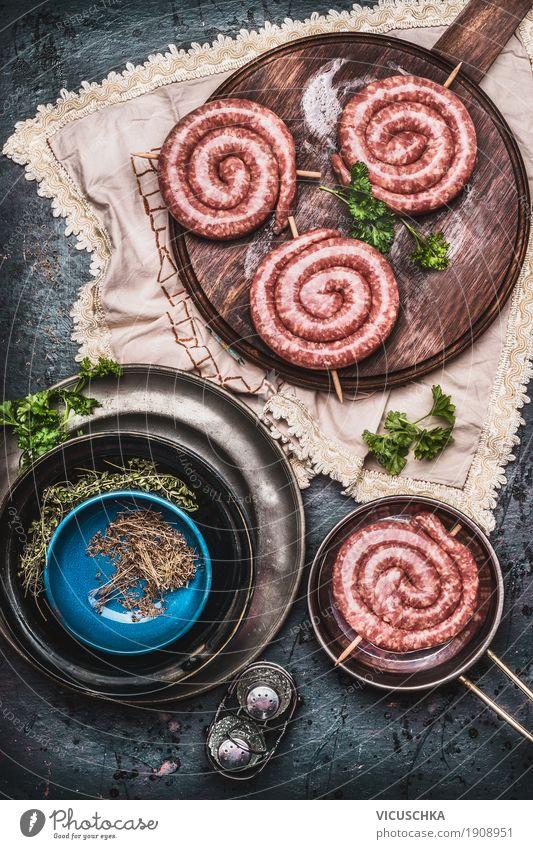 Bratwurst auf Vintage Schneidebrett mit Kräutern und Gewürzen Foodfotografie Essen Stil Lebensmittel Design Häusliches Leben Ernährung Tisch Kräuter & Gewürze