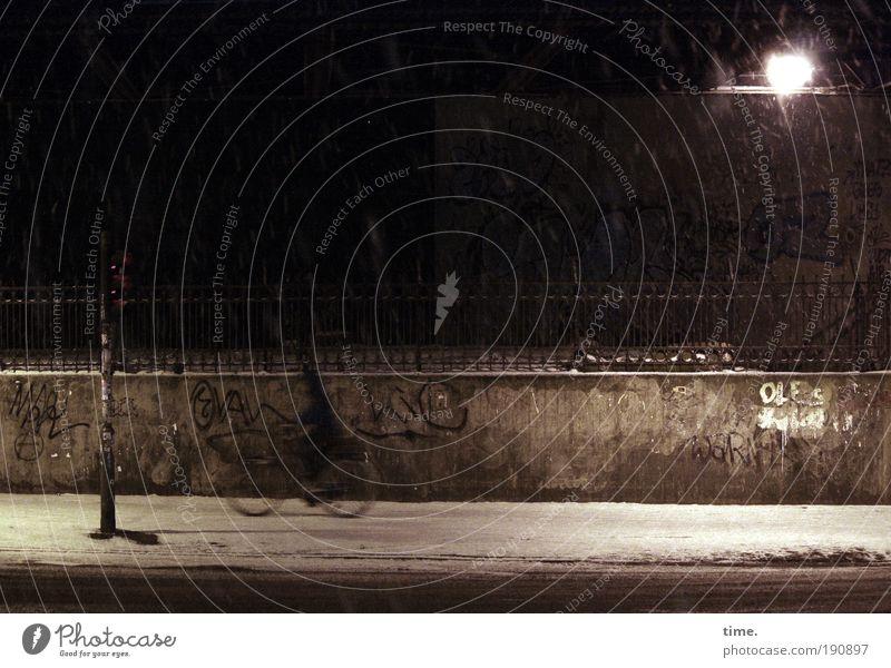 Nachhauseweg Nacht dunkel Straße Fahrrad Schnee Lampe Licht glänzend Halbschatten Schilder & Markierungen Wege & Pfade Asphalt frisch kalt Winter Mauer