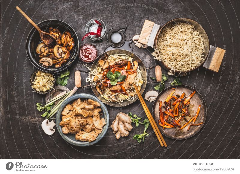 Wok mit Asiatische Bratnudeln und Zutaten Lebensmittel Fleisch Gemüse Kräuter & Gewürze Ernährung Asiatische Küche Geschirr Topf Pfanne Lifestyle Stil Design