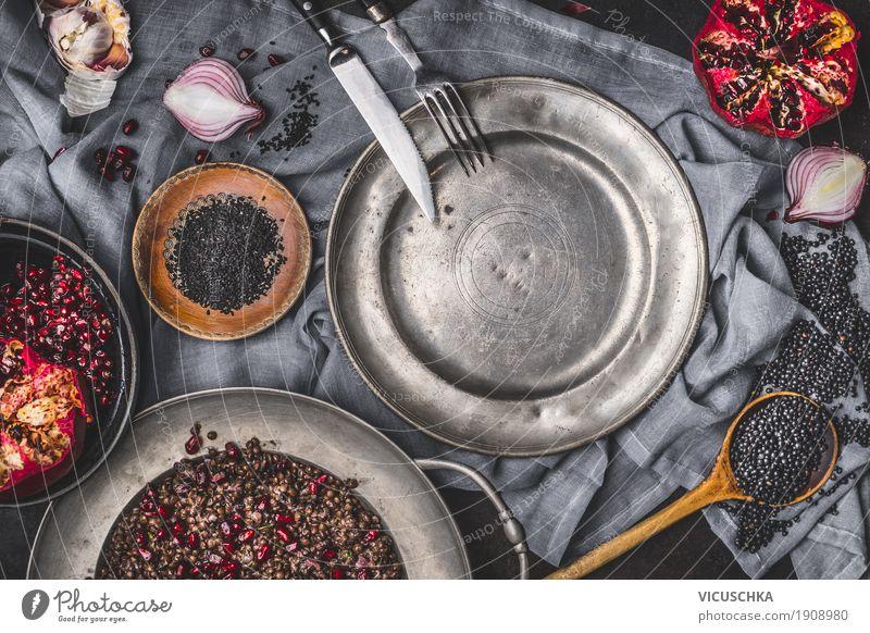 Vegetarischer schwarze Linsensalat mit Granatapfel Lebensmittel Gemüse Frucht Getreide Ernährung Bioprodukte Vegetarische Ernährung Diät Geschirr Teller