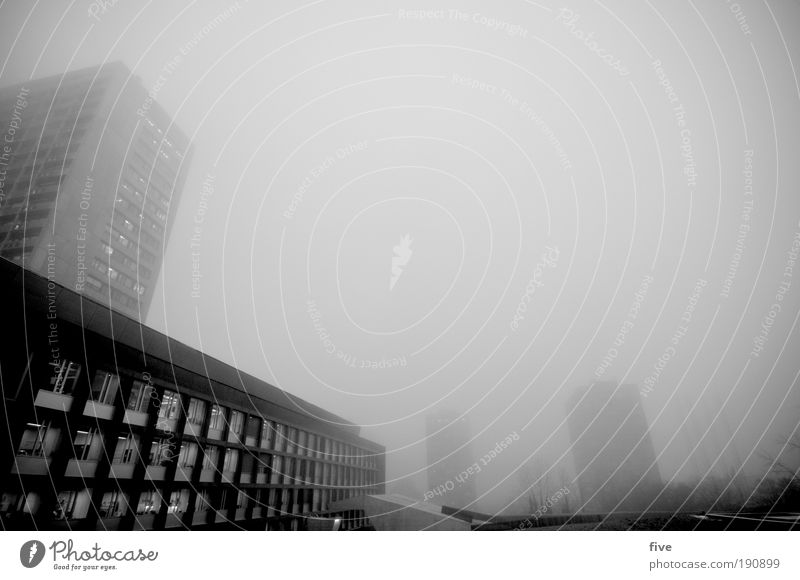 vom nebel verschluckt. schlechtes Wetter Nebel Stadt Haus Hochhaus Gebäude Mauer Wand Fassade Balkon dunkel eckig grau Stimmung Müdigkeit Unlust Erschöpfung